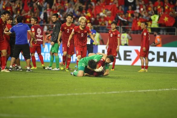 Cầu thủ Việt Nam vui nổ trời sau chiến thắng trước Jordan - Ảnh 8.