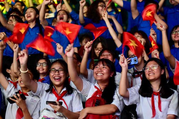 Tuyển Việt Nam chiến thắng quả cảm, TP.HCM, Hà Nội bão - Ảnh 6.