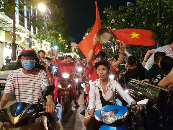 Tuyển Việt Nam chiến thắng quả cảm, TP.HCM, Hà Nội bão - Ảnh 12.