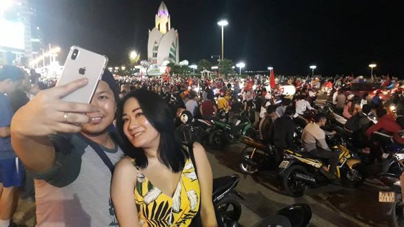 Tuyển Việt Nam chiến thắng quả cảm, TP.HCM, Hà Nội bão - Ảnh 19.