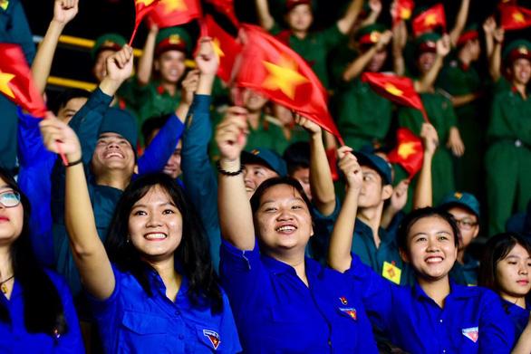 Tuyển Việt Nam chiến thắng quả cảm, TP.HCM, Hà Nội bão - Ảnh 7.