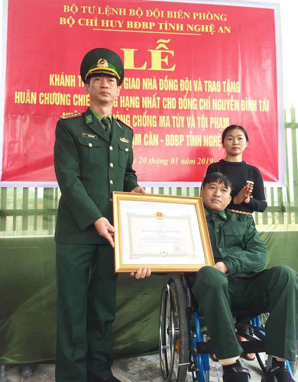 Bàn giao nhà cho người lính bị liệt hai chân khi bắt tội phạm ma túy - Ảnh 1.