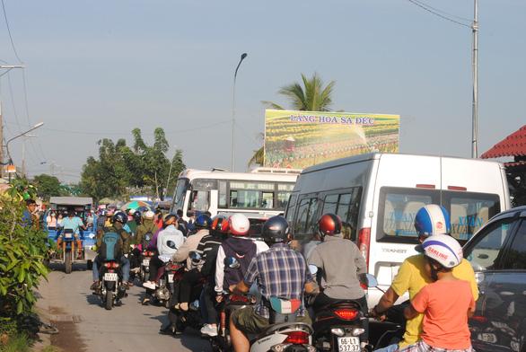 Hàng chục ngàn du khách đổ bộ, làng hoa Sa Đéc ùn tắc - Ảnh 1.