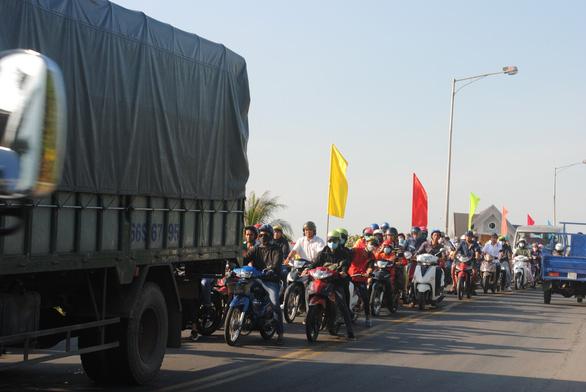 Hàng chục ngàn du khách đổ bộ, làng hoa Sa Đéc ùn tắc - Ảnh 3.