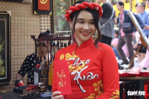 Bạn trẻ Sài Gòn rực rỡ đón xuân trên phố Ông đồ - Ảnh 13.