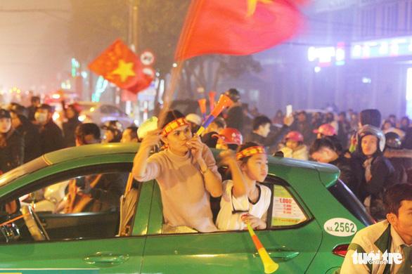Tuyển Việt Nam chiến thắng quả cảm, TP.HCM, Hà Nội bão - Ảnh 27.