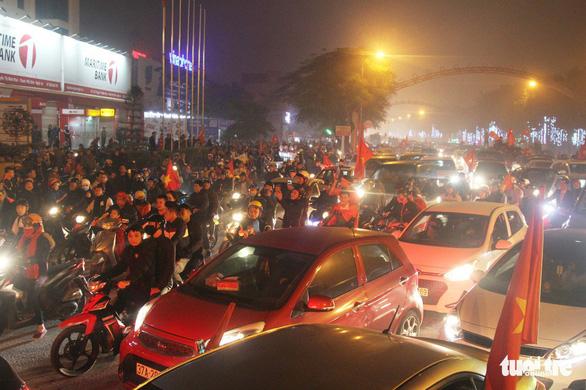 Tuyển Việt Nam chiến thắng quả cảm, TP.HCM, Hà Nội bão - Ảnh 28.