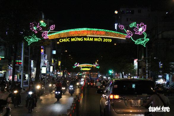 Bạn trẻ Sài Gòn rực rỡ đón xuân trên phố Ông đồ - Ảnh 3.
