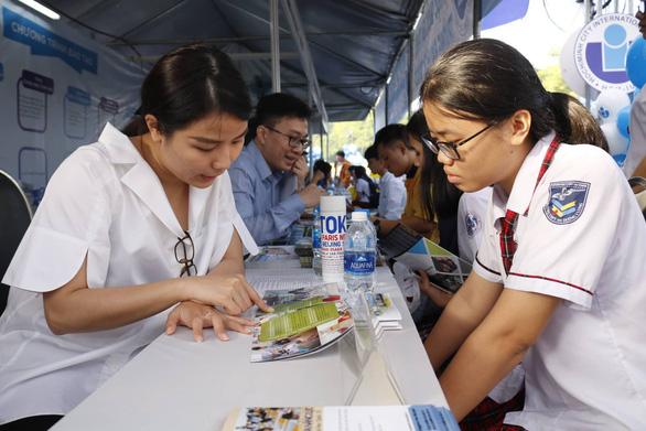 Học sinh đổ về ngày hội tư vấn tuyển sinh hướng nghiệp tại TP.HCM - Ảnh 5.