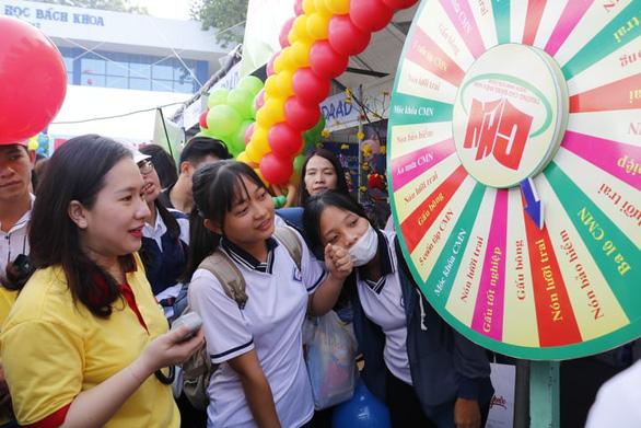 Học sinh đổ về ngày hội tư vấn tuyển sinh hướng nghiệp tại TP.HCM - Ảnh 6.