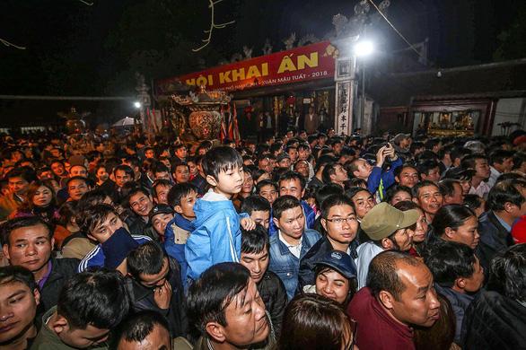 Lễ hội đền Trần: bí thư Thành ủy Nam Định còn bị 'mời ra' - Ảnh 1.