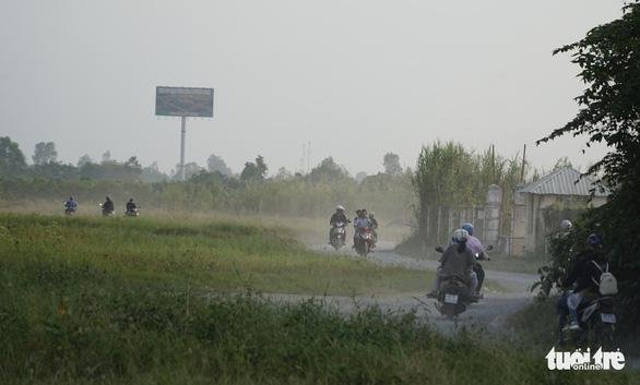 Mạo hiểm ngoặt đầu xe máy ngay chân cầu Cao Lãnh để vào đường tắt - Ảnh 3.