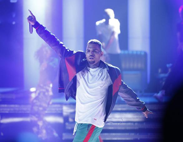 Ca sĩ Chris Brown bị bắt vì nghi hiếp dâm - Ảnh 1.