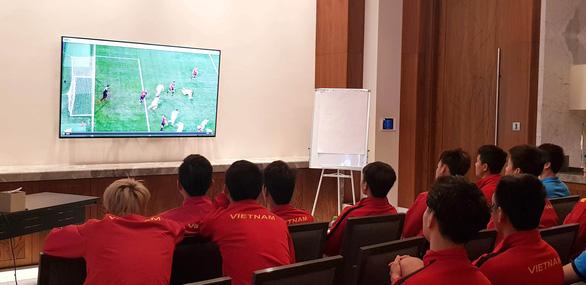 Thầy trò HLV Park Hang Seo  hào hứng trải nghiệm công nghệ VAR  - Ảnh 1.