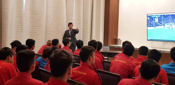 Thầy trò HLV Park Hang Seo  hào hứng trải nghiệm công nghệ VAR  - Ảnh 2.