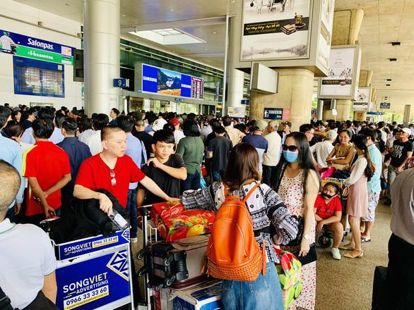 Sân bay Tân Sơn Nhất tắc từ trên trời, dưới đất gây khó cho không lưu - Ảnh 1.