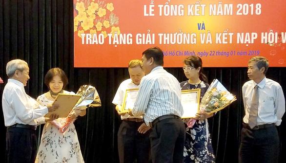 Nhà thơ Lê Giang nhận giải thưởng văn học TP.HCM ở tuổi 90 - Ảnh 1.