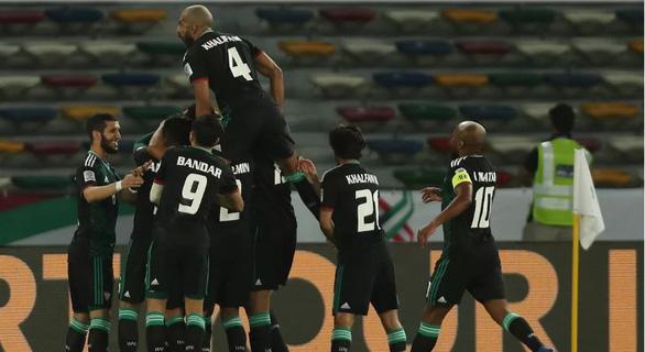 Trọng tài và may mắn đưa chủ nhà UAE vào tứ kết gặp Úc - Ảnh 2.