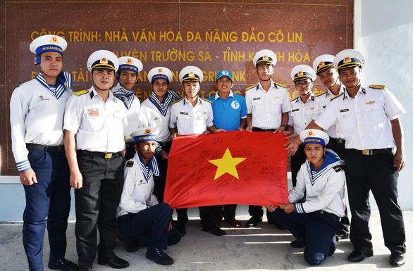 Lá cờ có chữ ký của đội tuyển bóng đá Việt Nam đã đến Trường Sa - Ảnh 1.