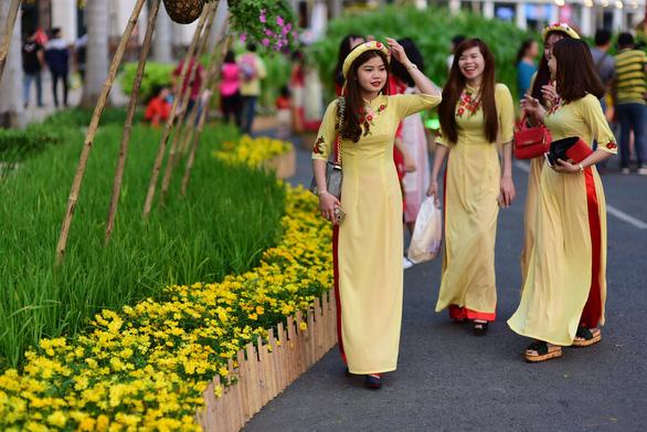 Hoạt cảnh diễn hàng đêm tại Hội hoa xuân Phú Mỹ Hưng - Ảnh 1.