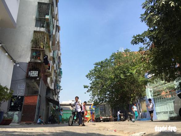 TP.HCM khẩn cấp di dời dân khỏi chung cư bị lún ở quận 1 - Ảnh 1.