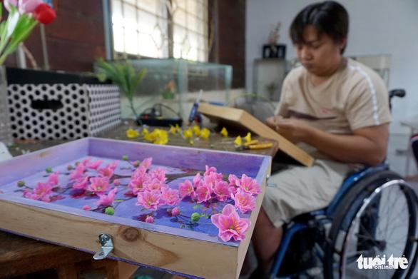 Đất nở hoa trên tay người khuyết tật - Ảnh 14.