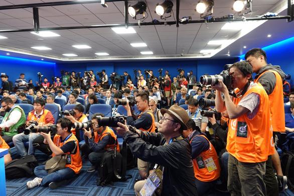 Phóng viên Nhật tràn ngập buổi họp báo của HLV Hajime Moriyasu - Ảnh 5.