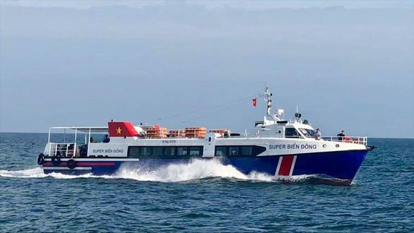 Tàu cao tốc chở khách tông chìm tàu cá, 3 ngư dân thoát chết - Ảnh 1.
