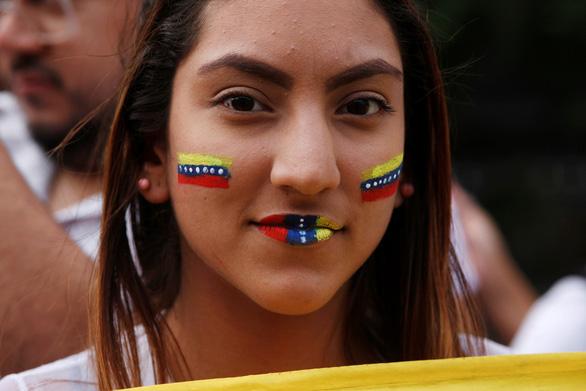 Mỹ công nhận tổng thống lâm thời mới tại Venezuela, biểu tình lan rộng - Ảnh 4.