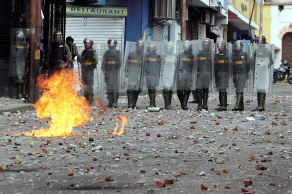 Mỹ công nhận tổng thống lâm thời mới tại Venezuela, biểu tình lan rộng - Ảnh 5.