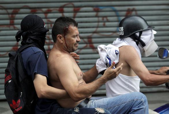 Mỹ công nhận tổng thống lâm thời mới tại Venezuela, biểu tình lan rộng - Ảnh 6.