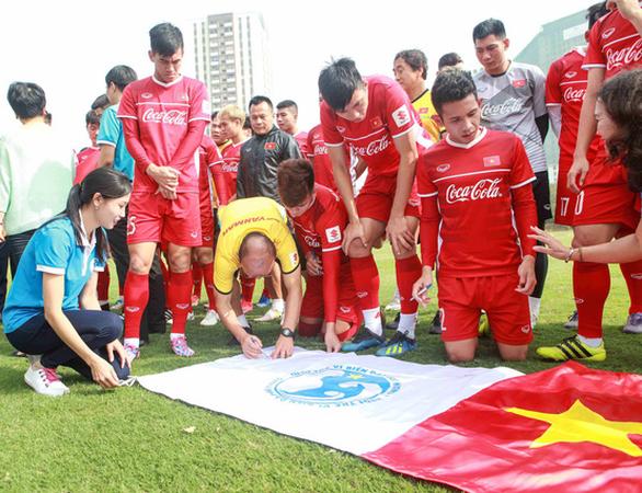 Chiến sĩ nhà giàn cổ vũ bóng đá với lá cờ có chữ ký đội tuyển - Ảnh 2.