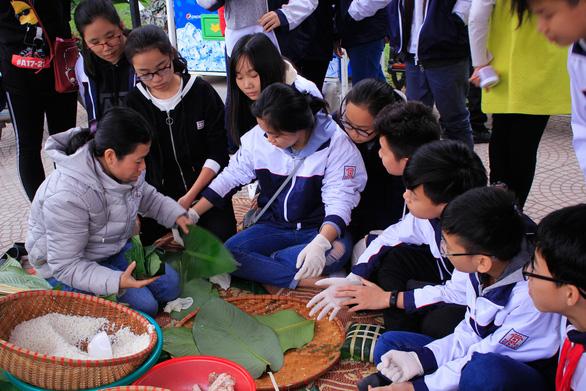 H'Hen Niê gói bánh chưng cùng học trò Hà Nội - Ảnh 3.