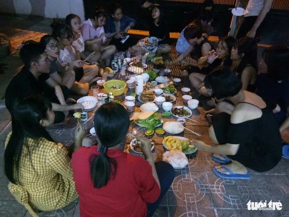 Tất niên hoành tráng đời sinh viên với bắp nướng, khoai lang - Ảnh 2.