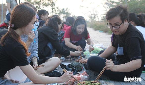 Tất niên hoành tráng đời sinh viên với bắp nướng, khoai lang - Ảnh 5.