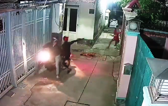 Bức xúc clip 'cẩu tặc' bắn hạ chó, định bắn luôn chủ nhà - Ảnh 3.