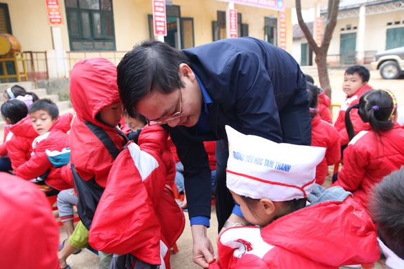 Trao 500 suất quà tết của bạn đọc báo Tuổi Trẻ cho học sinh Quan Sơn - Ảnh 1.