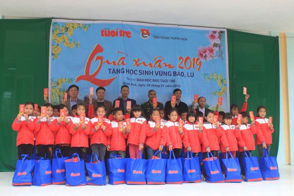 Trao 500 suất quà tết của bạn đọc báo Tuổi Trẻ cho học sinh Quan Sơn - Ảnh 4.