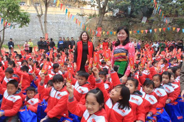 Trao 500 suất quà tết của bạn đọc báo Tuổi Trẻ cho học sinh Quan Sơn - Ảnh 5.