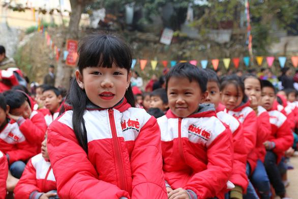 Trao 500 suất quà tết của bạn đọc báo Tuổi Trẻ cho học sinh Quan Sơn - Ảnh 3.