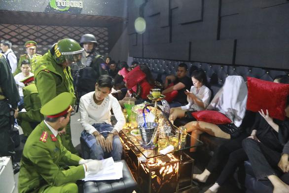 Đột kích quán bar ở Huế, phát hiện 100 thanh niên phê ma túy trong đêm - Ảnh 2.