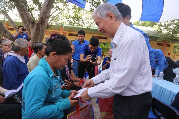 Thành đoàn TP.HCM tặng 215 phần quà cho người dân Củ Chi - Ảnh 2.