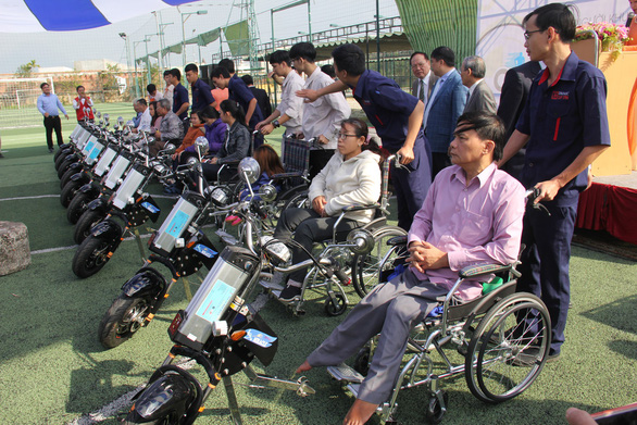 Sinh viên chế tạo xe 2 trong 1 tặng người khuyết tật - Ảnh 1.