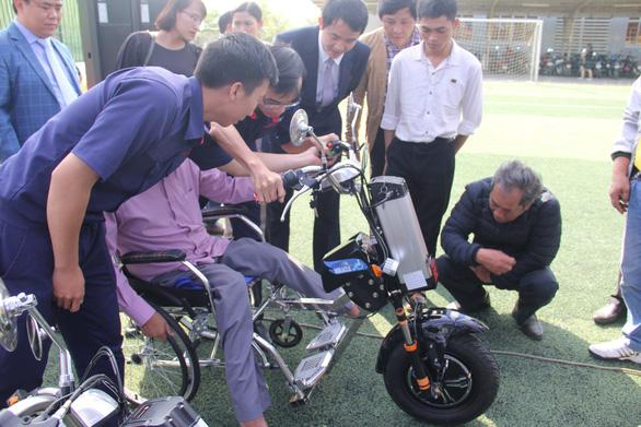 Sinh viên chế tạo xe 2 trong 1 tặng người khuyết tật - Ảnh 3.