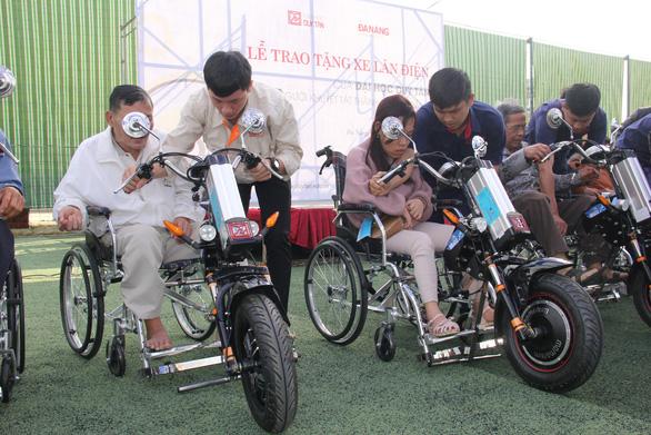 Sinh viên chế tạo xe 2 trong 1 tặng người khuyết tật - Ảnh 2.