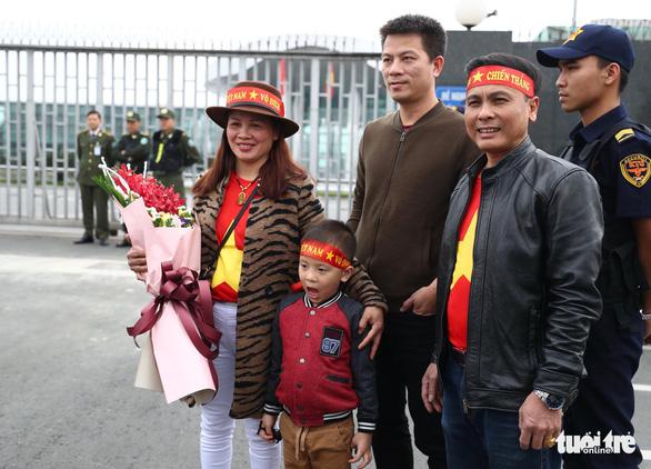 Ngóng chờ các người hùng tuyển Việt Nam hạ cánh sân bay Nội Bài - Ảnh 5.