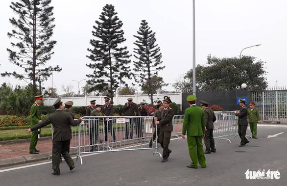 Ngóng chờ các người hùng tuyển Việt Nam hạ cánh sân bay Nội Bài - Ảnh 2.