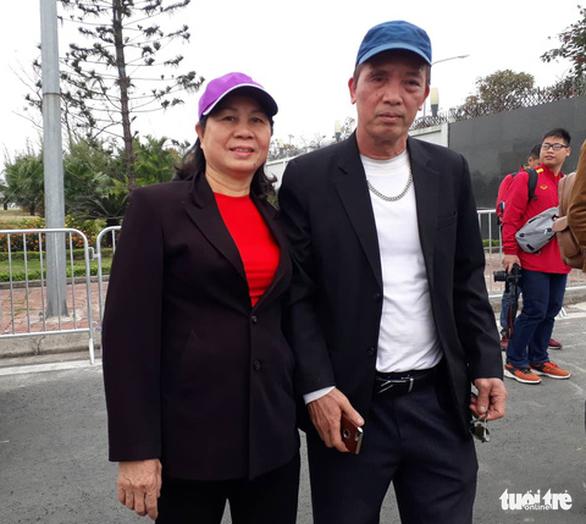 Ngóng chờ các người hùng tuyển Việt Nam hạ cánh sân bay Nội Bài - Ảnh 4.