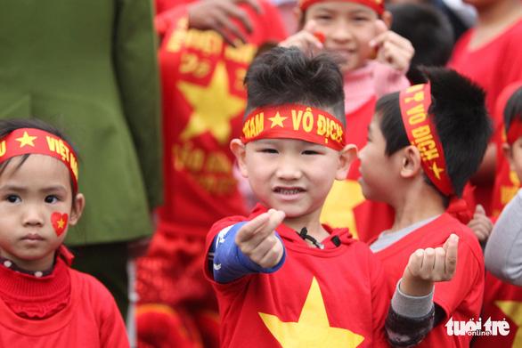 Ngóng chờ các người hùng tuyển Việt Nam hạ cánh sân bay Nội Bài - Ảnh 8.
