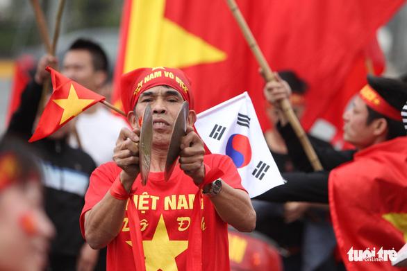 Ngóng chờ các người hùng tuyển Việt Nam hạ cánh sân bay Nội Bài - Ảnh 7.